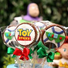 "Pirulitos de chocolate por @manoandradedoces para festa Toy Story! <span class=""emoji emoji1f44f""></span><span class=""emoji emoji1f446""></span><span class=""emoji emoji1f60d""></span> #festatoystory ..."