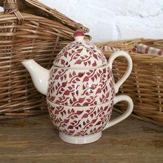 """Théière égoïste """"Burgundy Sprig"""" ivoire et rouge en faïence anglaise. En vente dans la boutique anglaise Esprit British  : http://www.esprit-british.com/?s=feuillages&post_type=product"""