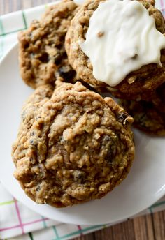 Soft & chewy oatmeal raisin (or craisin) cookies Soft Oatmeal Raisin Cookies, Chocolate Chip Cookies, Chocolate Chips, White Chocolate, Cinnamon Oatmeal, Köstliche Desserts, Delicious Desserts, Dessert Recipes, Tea Cakes