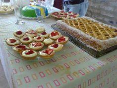 Mesa Dulce con mini tartas de frutilla y Pasta Frola.