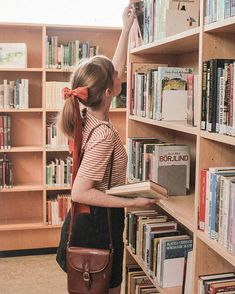 On a lookout for a summer read📚👀 Girl Reading Book, Woman Reading, Book Girl, Book Aesthetic, Aesthetic Girl, Library Girl, Jolie Photo, Book Photography, Looks Style
