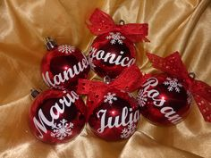 Bolas personalizadas Christmas Bulbs, Holiday Decor, Home Decor, Balls, Christmas Light Bulbs, Interior Design, Home Interiors, Decoration Home, Interior Decorating