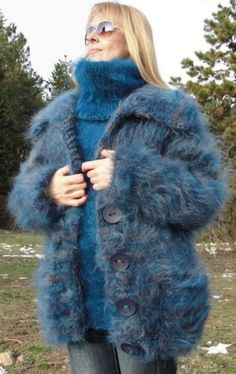 Hug me tightly to your fuzzy body. Angora, Turtleneck Outfit, Sweater Outfits, Mohair Sweater, Wool Sweaters, Gros Pull Mohair, Sweater Layering, Blue Cardigan, Crochet Clothes