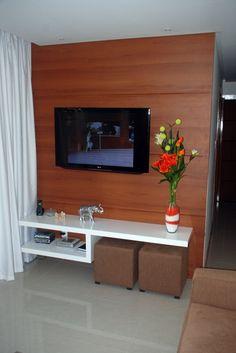 Fotografia de Painel de TV com rack laqueado por Firenzza Ambientes Planejados #38409. Projeto executado em um pequeno apartamento misturando um painel em MDF com um rack laqueado.