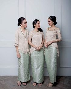 A post that will surely inspire you to dress up your bridesmaids or siblings. Clad in a combination of songket and lace top,… Kebaya Lace, Kebaya Hijab, Kebaya Brokat, Batik Kebaya, Kebaya Dress, Kebaya Muslim, Batik Dress, Kebaya Modern Dress, Indonesian Kebaya