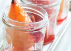 Fruits pochés à la gelée de groseilles et fèves de Tonka