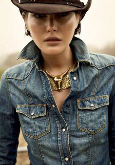 Rien de tel qu'un gros collier doré pour réveiller une chemise en jean !