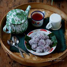 Klepon adalah makanan tradisional yang terbuat dari tepung  ketan berbentuk bulat dan berisi gula merah serta biasanya bagian  luarnya ...