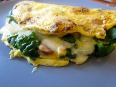 Spinach & Mushroom Omelette Ingredients: 2 eggs 2 tablespoons of skim milk ½ cup of chopped mushrooms ½ cup of spinach ½ cup of grated part-skim mozzarella Salt & Pepper [& Hot sauce!] to taste Spinach Mushroom Omelette, Spinach Stuffed Mushrooms, Stuffed Peppers, Breakfast And Brunch, Breakfast Recipes, Breakfast Spinach, Breakfast Ideas, Healthy Omelette, Omelette Recipe