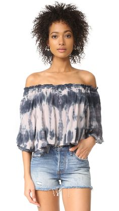 ¡Cómpralo ya!. Young Fabulous & Broke Artist Top - Charcoal Streak. An off shoulder Young Fabulous & Broke crop top composed of layered ruffles. Tie dye print. Short sleeves. Fabric: Plain weave. 100% rayon. Hand wash. Imported, China. Measurements Length: 13.75in / 35cm, from center back Measurements from size S. Available sizes: L , tophombrosdescubiertos, sinhombros, offshoulders, offtheshoulder, coldshoulder, off-the-shouldertop, schulterfreiestop, tophombrosdescubiertos, topdosnu…