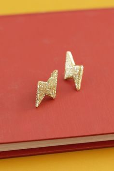 DIY: glittery thunderbolt earrings