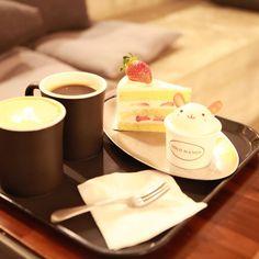 . 예쁜케이크와 커피 냠냠🍰☕ 귀여운 미니버니 컵케이크는 지우꺼. 이제 당당히 한자리 차지하고 1인1케이크 먹는아기.ㅋ 설탕대신 꿀이랑 유기농밀가루로 만든 딸기생크림 케이크라 아기도 안심하고 냠냠🍴 . . . . . . #골드핸즈#케이크맛집#일산카페#카페스타그램#딸기케이크#컵케이크#유기농케이크#온더테이블#onthetable#육아소통#육아기록#일상#데일리#육아스타그램#맘스타그램#딸스타그램#럽스타그램#애스타그램#양띠아가#청양띠#육아맘#daily#instababy#17개월아기