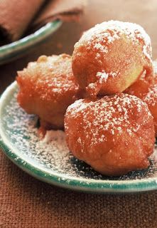 Warm, puffy, apple beignets Oliebollen and a few other traditional Dutch recipes Beignets, Donut Recipes, Dessert Recipes, Cooking Recipes, Desserts, Amish Recipes, Julia Childs, Traditional Dutch Recipes, New Year's Food