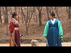 """5分でわかる「太陽を抱く月」~第17回 ひとつになる時~ 韓国で視聴率46%を記録した超話題作!ベストセラー小説が原作の""""ファンタジー・ロマンス史劇""""。舞台は朝鮮王朝の架空の時代。史実に縛られずロマンスや陰謀をドラマチックに描く! うっかり見逃した、もう一度みたい・・・そんなあなたはこの5分ダイジェスト版をチェック!  第17回「ひとつになる時」  ウォルがヨヌだと気づいている陽明君(ヤンミョングン)。思わず「突然消えたりしないよな?」と尋ねる。陽明君と別れたヨヌは、「ヨヌ」と呼ぶ声を聞く。振り返ると目の前にはフォンが...。 そんな二人の前に突然大勢の刺客。陽明君とウンが駆けつけ応戦! 第17回を5分のダイジェスト版でご紹介! NHK BSプレミアム 毎週日曜 午後9時~ (C)2012 MBC  番組HPはこちら「http://www.nhk.or.jp/kaigai/taiyou/」"""