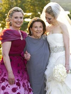 Secretary of State Hillary Clinton in Oscar de la Renta, Dorothy Rodham, and Chelsea Clinton Mezvinsky in Vera Wang Chelsea Clinton Wedding, Chelsea Wedding, Celebrity Wedding Dresses, Celebrity Weddings, Mother Of The Bride Looks, Vestidos Oscar, First Ladies, Storybook Wedding, Hillary Rodham Clinton