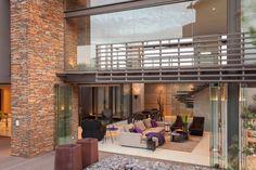 Diseño de Interiores & Arquitectura: Casa Elegante y Sofisticada con una Mezcla de Materiales y Accesorios Decorativos