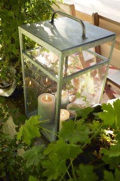 Une jolie lanterne dans laquelle disposer des bougies, pour décorer son extérieur et apporter de la lumière aux longues soirées d'été.  #castorama #inspiration #decoration #ideedeco #tendancedeco #jardin #exterieur #amenagement #plantes #vegetal #terrasse #lanterne #bougies