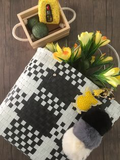 SOIE | Asesoría de Imagen | Collares | Colombia - Tienda Online | Zuncho Bag Black & White @soie_co SOIÈ SOIE #soie Collars, Black And White, Macrame, Basket, Victoria, Bags, Diy Clutch, Plastic Bags, Dieting Tips