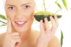 everyone wants a beautiful face so all are trying so many beauty products. Avocado Face Mask helps to get clean skin Masque Anti Ride, Beauty Care, Beauty Hacks, Nodule Acne, Double Menton, Avocado Face Mask, Pimples Remedies, Home Remedies For Acne, Skinny Mom
