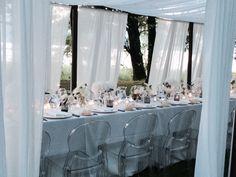 Sedie trasparenti, gazebi in ferro e velo bianchi.