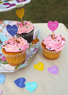 Free printable candy heart cupcake toppers. www.skiptomylou.org #cupcaketoppers #valentinesday #freeprintable