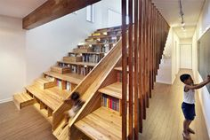 今家を建てようとしている方に、ホームシアターのために階段状の座席として機能する木製スライドの書棚だ。楽しそうだな!