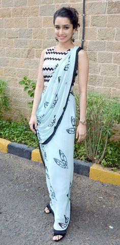 Interesting way of draping saree ! Shraddha kapoor in chiffon saree Dhoti Saree, Lehenga Choli, Anarkali, Drape Sarees, Saree Blouse, Indian Attire, Indian Wear, Bollywood Fashion, Bollywood Actress