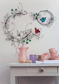 Vi o trabalho da paulistana Ana Moraes na revista Casa Claudia de novembro e amei.  As obras são todas feitas com material descartado. Tampi...