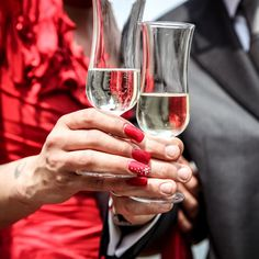 Good table manners aren't old-fashioned. To get ahead in business and romance, learn the rules of dining etiquette for men - they're simpler than you think. Gifts For Wedding Party, Bridal Gifts, Party Gifts, Bridal Parties, Wedding Dj, Perfect Wedding, Wedding Decor, Wedding Reception, Online Dating Apps