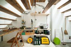"""O """"teto"""", construído como uma escada, serve como prateleira, nicho, apoio para vasos, comunicação com o pavimento superior da residência e, até, local para cochilos. O projeto do ateliê House in House, datado de 2012, foi desenvolvido pelo escritório Mamm Design especialmente para o artista japonês Plaplax, que vive em Tóquio. Plaplax pintou, ele mesmo, as paredes de gesso com tinta branca"""