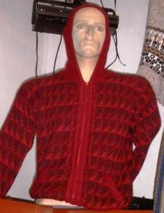 Rote Kapuzen #Strickjacke aus #Alpakawolle. In allen Größen lieferbar. Die Königin der Wollsorten gibt Ihnen ein wohlig warmes und kuschlig weiches Tragegefühl.