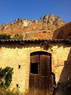 Forza d'Agrò (ME) - Una casa abbandonata e diroccata come se ne trovano moltissime in tutta la Sicilia, sullo sfondo le montagne costiere tipiche della provincia di Messina   da Lorenzo Sturiale
