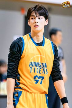 Recently, a series of photos of ASTRO's Cha Eunwoo burning it up on the basketball court have been circulating online and driving everyone wild. Cute Asian Guys, Asian Boys, Asian Men, Cute Guys, Handsome Korean Actors, Handsome Boys, Suho, Park Jiyeon, Cha Eunwoo Astro