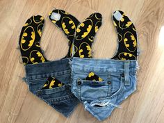 Stylish denim bibs that compliment any little gentlemens attire! Made for infant/toddler ages 0-2. Durable yet stylish for those little ones who need to protect their clothes from drooling or during meal time. These bibs feature a trendy batman 100% cotton fabric with a pocket square to match! Clasps are velcro and bibs are machine washable on gentle cycle with like colors. Treat them how you would treat a normal pair of jeans! Bibs are pre-washed and are not likely to shrink. Please cut…