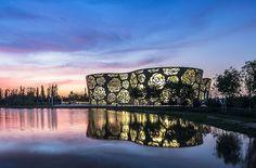 Museu dedicado a rosas em Pequim ganha fachada metálica desenhada! lém de surpreender pela arquitetura, o Beijing Rose Museum conta a história da flor chinesa. Clique na imagem para saber mais.