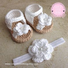 crochet baby shoes Crochet Baby Girl Sandals Crochet Daisy by DaisyNeedleWorks Source by Baby Girl Boots, Baby Girl Sandals, Crochet Baby Sandals, Crochet Boots, Crochet Slippers, Girls Sandals, Knitting Baby Girl, Baby Girl Crochet, Artisanats Denim