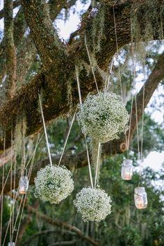 Decora tu boda rústica boho chic con gipsófilas colgando de los árboles. Boda en Charleston, SC Destination Wedding Photographer: Dana Cubbage Weddings