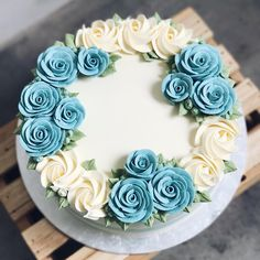 It's been a while! 3D roses accompanied by white swirls. . . . . . #mysisterbakes #happyfood #sgcakes #sgbakes #sgcake #cakestagram #igfood #instacake #igsg #8dayseat #food52grams #food52 #wiltoncakes #buttercream #sgbakery #bakersofsgp #sgbakers #sgfoodies #sgfood #onthetable #thisisinsiderfood