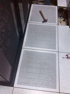 gabinetes instalados sobre bases metálicas antisísmicas - baldosas perforadas para el paso de AA