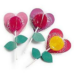¡Unas piruletas personalizas y originales!  Es algo tan sencillo como decorar las piruletas mediante recortes de cartulina em este caso se han recortado corazones y hojas.