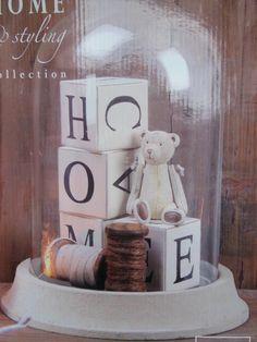 Mooie glazen stolp, brocante ingericht ook leuk als kraam-cadeau (naam op de blokjes)
