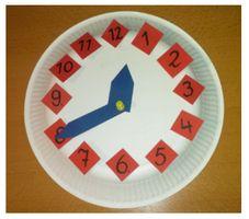 Maak van een papieren bord in een handomdraai een mooie oefenklok. Leuke activiteit voor kinderen uit de middenbouw.
