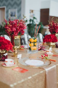 Eine elegante Farbpalette in Rot, Gold und Mandarine. Chic Gold und Rot Chinese New . Chinese New Year Flower, Chinese New Year Party, Chinese New Year Decorations, New Years Decorations, Chinese Holidays, Table Set Up, A Table, Deco Table, Chinese Table
