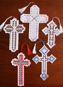 Crochet cross pattern seems to be the best loved of many who love crocheting. It is because this pattern has an elegant result. Moreover, cross crochet pattern is easy to do even for a beginner in crocheting. Crochet Bookmark Pattern, Crochet Bookmarks, Crochet Ornaments, Crochet Cross, Crochet Chart, Thread Crochet, Filet Crochet, Crochet Patterns, Advanced Embroidery