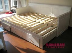 pull out slat bed Built In Furniture, Home Furniture, Furniture Design, Diy Sofa, Futon Bed Frames, Pull Out Sofa Bed, Beds For Small Spaces, Daybed With Storage, Convertible Furniture