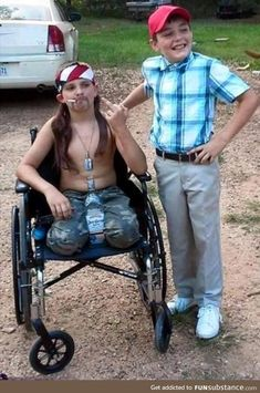Some of the best costumes at any given Halloween party are a couple wearing similarly themed costumes. These couple Halloween costumes work so well because Duo Halloween Costumes, Halloween Kostüm, Halloween Outfits, Costume Ideas, Halloween Camping, Forrest Gump Kostüm, Forest Gump Meme, Funny Couple Halloween Costumes, Halloween Couples
