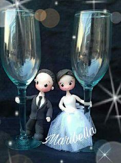 Copas boda novios en porcelana Painted Wine Bottles, Painted Wine Glasses, Bridesmaid Presents, Decorated Wine Glasses, Wedding Bottles, Bottle Painting, Wine Bottle Crafts, Clay Creations, Event Decor