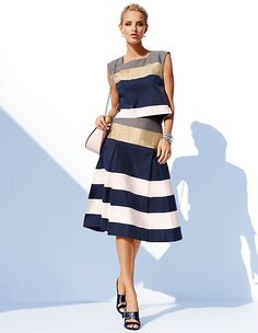 Der Tellerrock mit passendem Croptop im trendigen Streifendesign besticht durch moderne Eleganz.