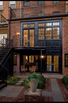 backyard of a Brooklyn brownstone/ Ben Herzog traditional exterior Style At Home, Loft Style Homes, Exterior Tradicional, Architecture Design, Industrial Architecture, Industrial Interiors, Design Exterior, Black Exterior, Brick Design