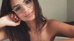 Diesen Meilenstein feiert sie nackt: Emily Ratajkowski nur mit Brille in Wanne